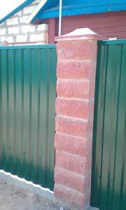 Забор-из-профнастила-со-столбами-из-камня-Бессер-сделать