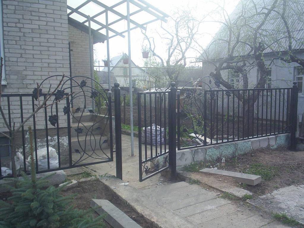 Забор из секции  металлических элементов как сделать