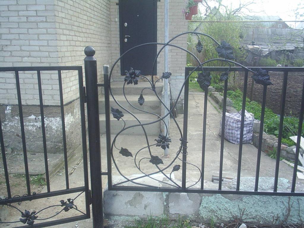Забор из секции  металлических элементов монтаж