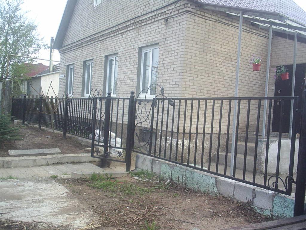 Забор из секции  металлических элементов установка